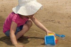 La exposición al sol es uno de los principales factores de riesgo para desarrollar cáncer de piel. Un estudio apunta a que la luz solar podría activar un oncogen y promover el desarrollo de un tipo específico de cáncer de piel. Imagen: Amanda Mills (Center for Disease Control and Prevention, EEUU)