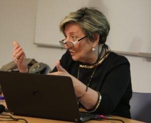 La doctora Anna Lluch durante la clase del Curso de Genética Médica, impartido en el ADEIT, Valencia. Imagen: L. Márquez MedigenePress S.L.)