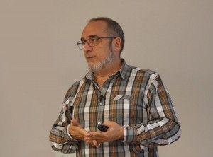 Juan Cruz Cigudosa durante la clase del Curso de Genética Médica, impartido en el ADEIT, Valencia. Imagen: Lucía Márquez Martínez MedigenePress S.L.)