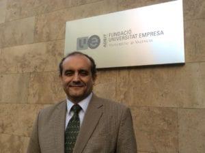 Feliciano Ramos ante la sede del ADEIT, poco antes de su clase en el Curso de Genética Médica. Imagen: Revista Genética Médica (MedigenePress S.L.)