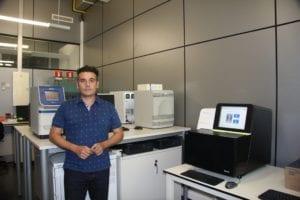 El Dr. Javier García Planells en las instalaciones del Instituto de Medicina Genómica. Fotografía: Lucía Márquez Martínez (Medigene Press S.L.).