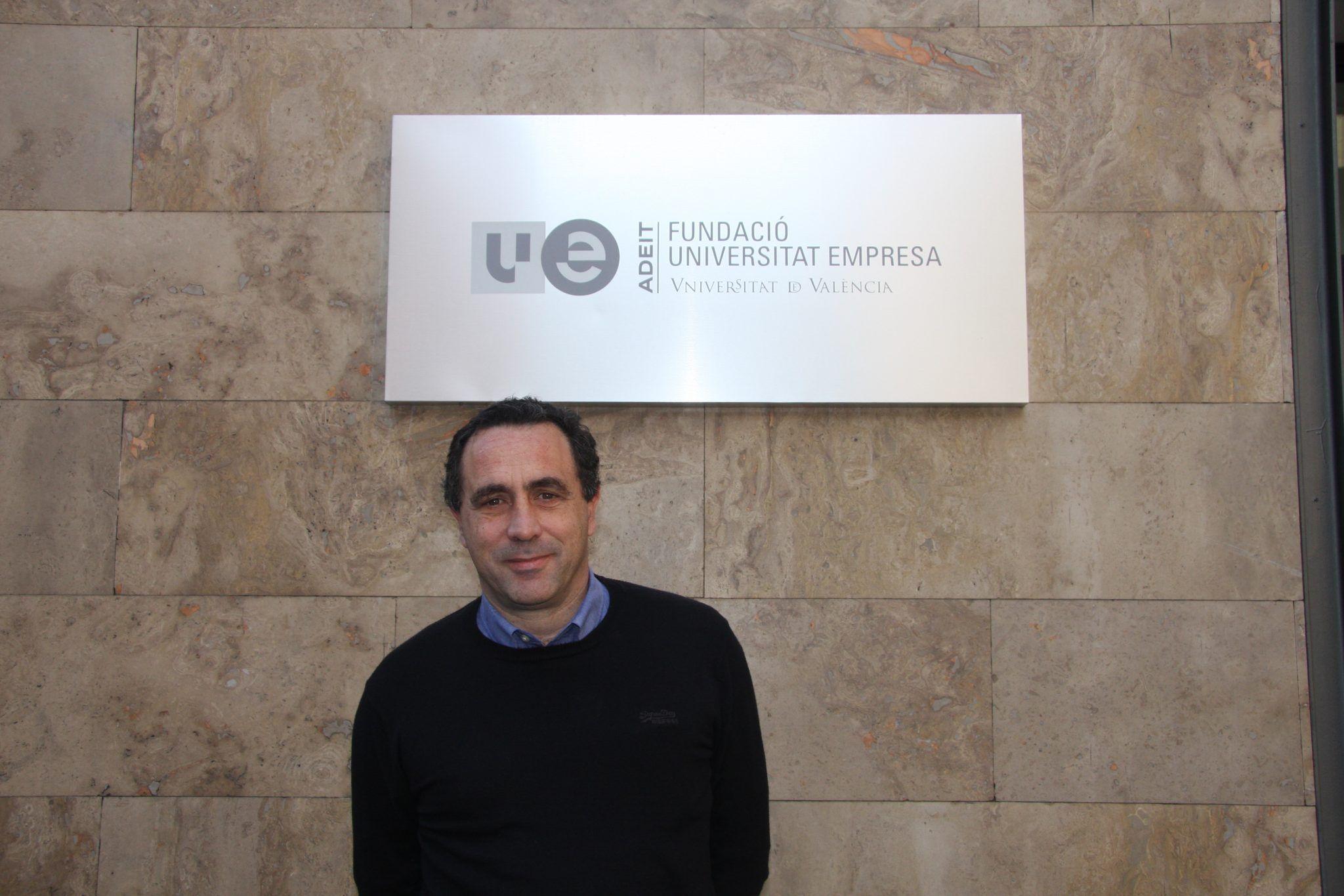 El Dr. Lorenzo Montserrat, ante la sede del ADEIT, poco antes de su clase en el Diploma en Genética Médica organizado por la Universidad de Valencia y Fundación Adeit. Fotografía: Lucía Márquez Martínez.