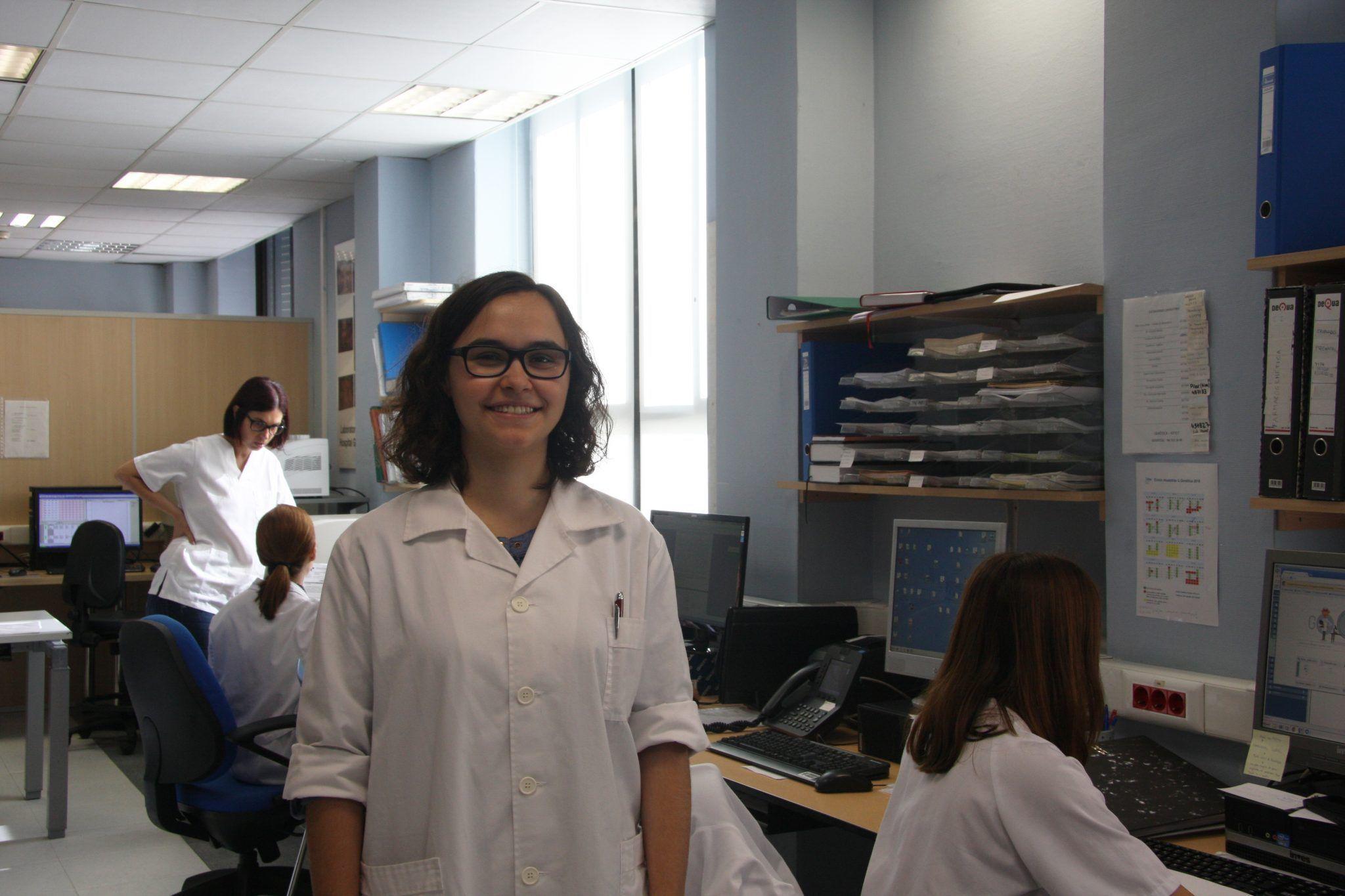 Carolina Monzó en el laboratorio de Genética del Servicio de Análisis Clínicos del Hospital General de Valencia. Fotografía: Lucía Márquez.
