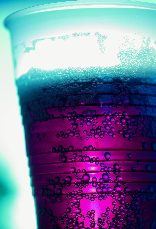 Con las limitaciones de extrapolar  resultados obtenidos en ratón al ser humano, el estudio pretende alertar a la población sobre los riesgos que conlleva una ingesta excesiva de bebidas edulcoradas ricas en fructosa, tanto para su salud como para la de sus hijos. Imagen: Pink Sherbet Photography from USA (Fizzy Purple Grape Soda) [CC BY 2.0 (http://creativecommons.org/licenses/by/2.0)].
