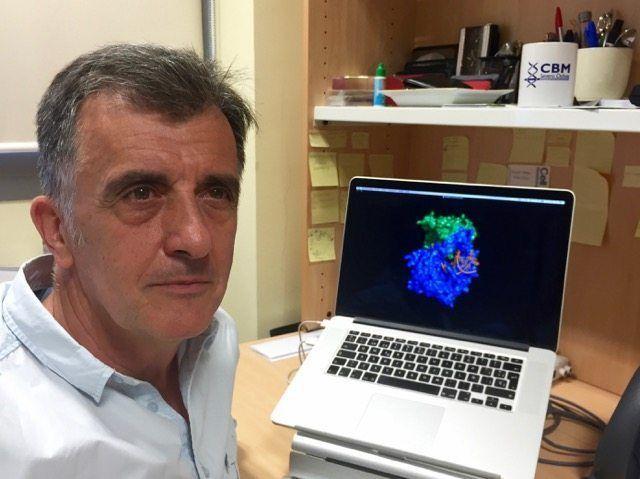 Luis Blanco en su laboratorio en el Centro de Biología Molecular Severo Ochoa del CSIC.. Imagen cortesía de Luis Blanco.