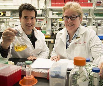 El análisis de exomas permitió al equipo de Carlos Cruchaga y Alison Goate, identificar variantes del gen PDL3 asociadas a la enfermedad de Alzheimer. Imagen: Carlos Cruchaga y Alison Goate en su laboratorio. Fotografía de Robert J. Boston. Fuente: https://source.wustl.edu/2013/12/rare-gene-variants-double-risk-for-alzheimers-disease/.