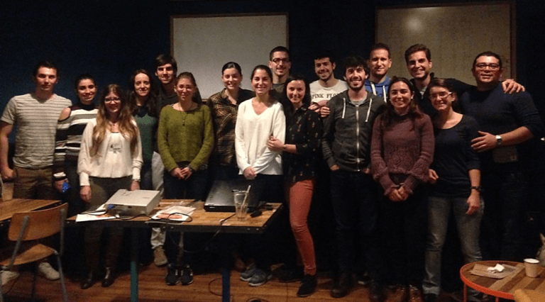 Grupo de miembros de la CERU de las Midlands en la tercera edición del evento 'Ciencia en el Pub'.  Fuente Facebook/ CERU.